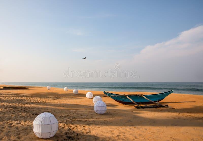 Un bateau et lanternes sur la plage de sable images libres de droits