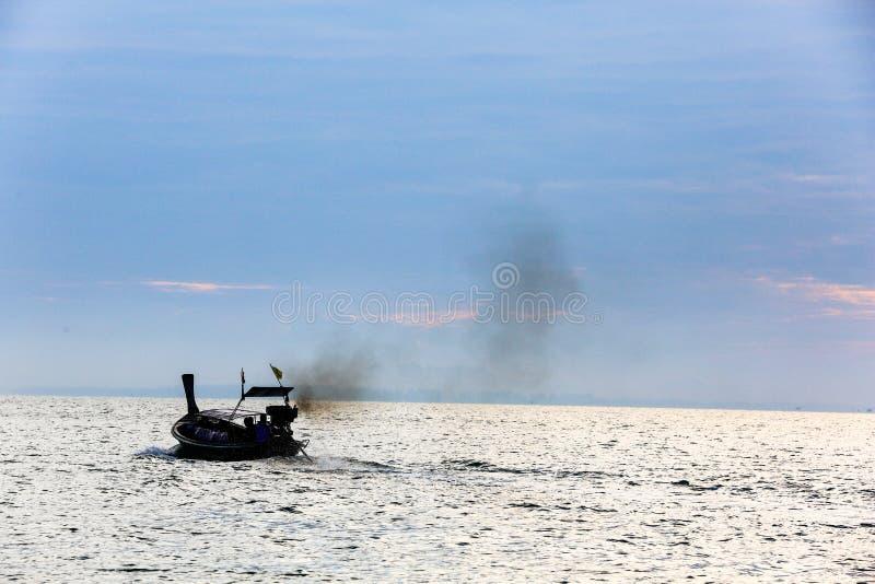 Un bateau fumeux a navigué sur la mer et a pollué l'air image libre de droits