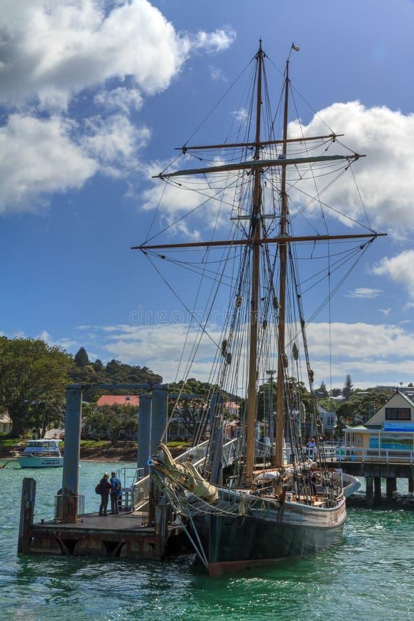 Un bateau grand à Russell, Nouvelle-Zélande Le ` R ` de Tucker Thompson images stock
