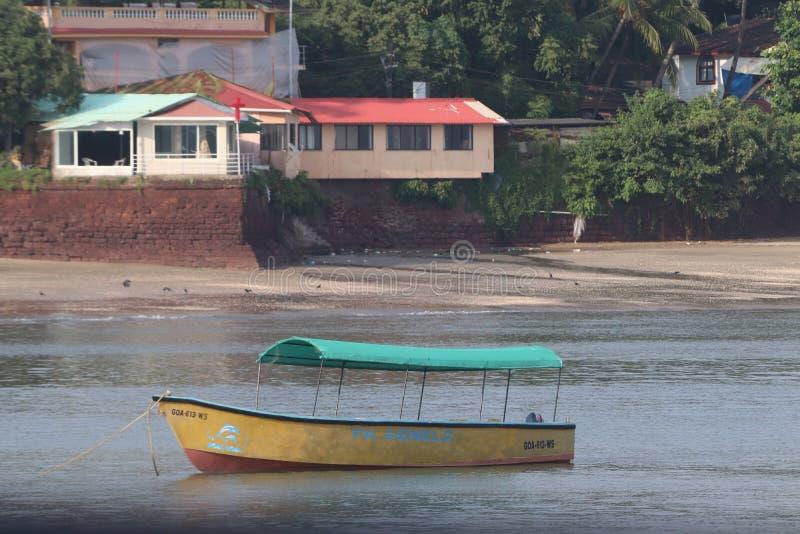 un bateau jaune en mer images libres de droits