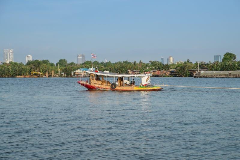 Un bateau local avec le drapeau thaïlandais dans le fleuve Chao Phraya Coup Krachao image stock