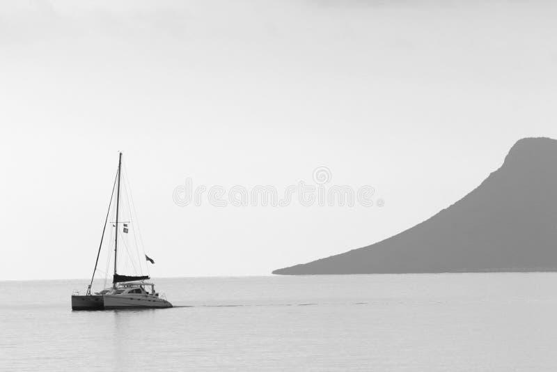 Un bateau naviguant le long de la côte de Lefkada, mer Ionienne, Grèce image stock