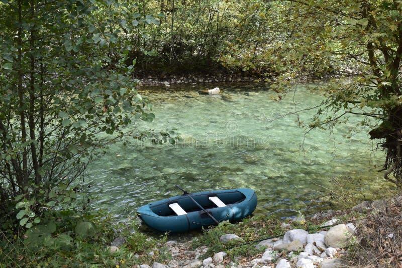 Un bateau pour kayaking à l'intérieur de la rivière de voidomatis photographie stock