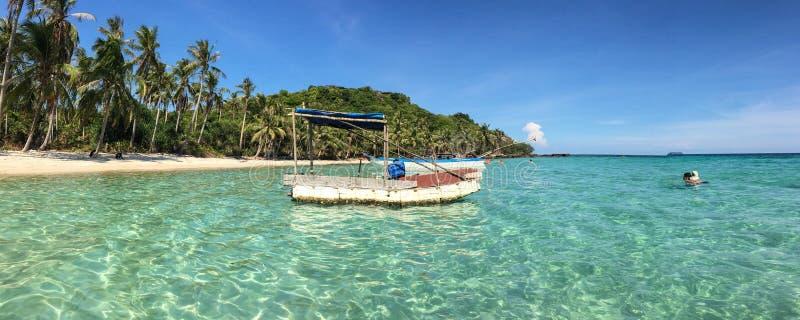 Un bateau près de l'île image libre de droits