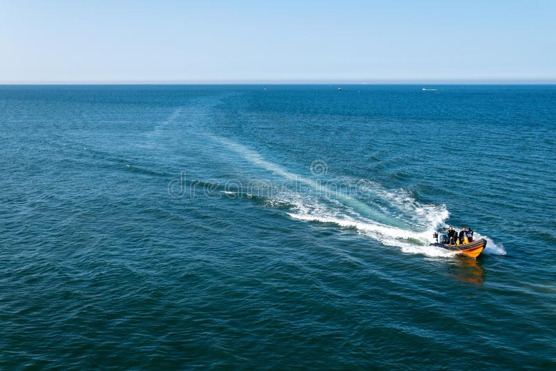 Un bateau retournant à Whitby Harbour image libre de droits