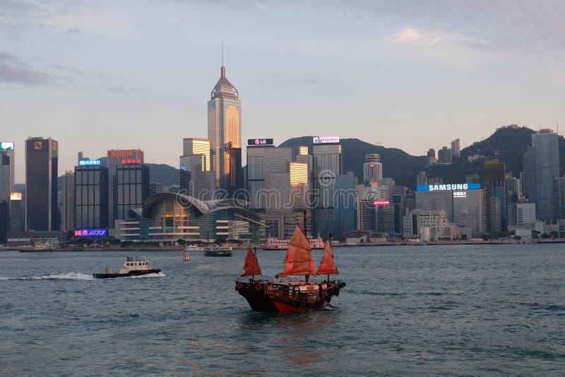 Un bateau rouge chez Victoria Harbour, Wan Chai, Hong Kong photographie stock libre de droits