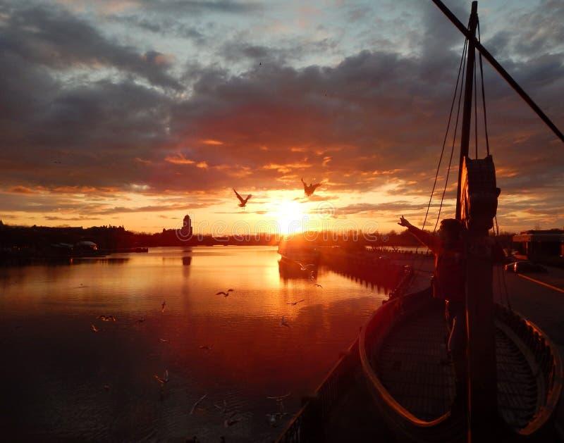 Un bateau sur le coucher du soleil images libres de droits