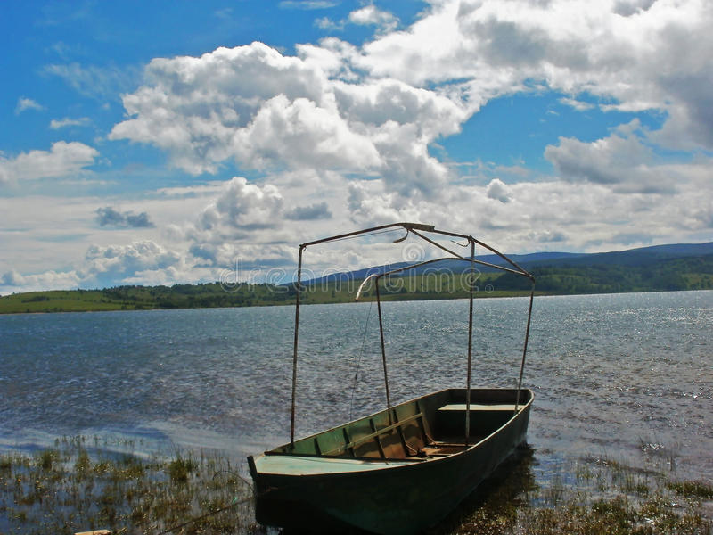 Un bateau sur le lac photos stock