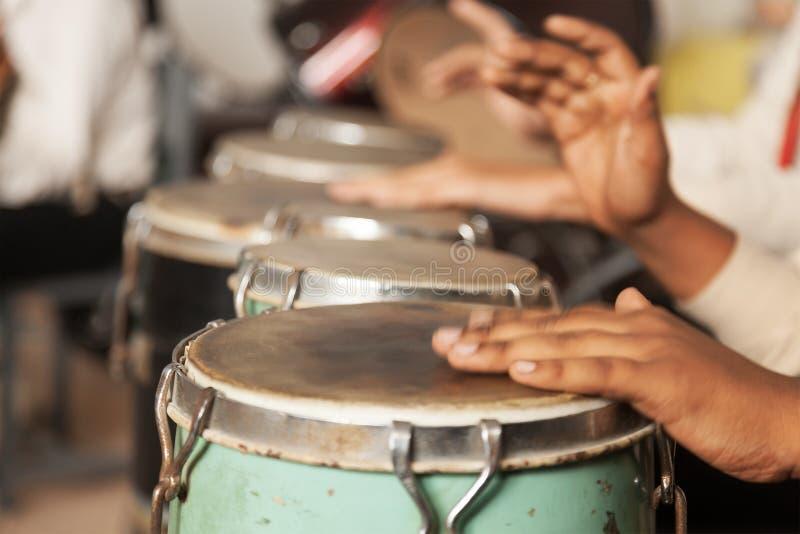 Un batería en la acción - jugar el bongo fotos de archivo libres de regalías