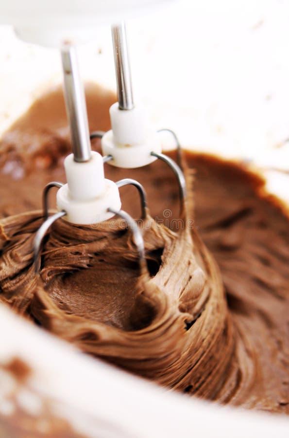 Un battitore elettrico con cioccolato immagine stock libera da diritti