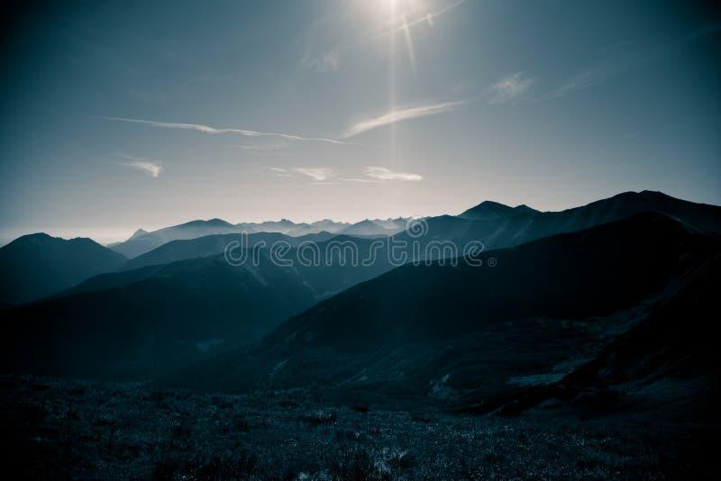 Un beau, abstrait paysage monochrome de montagne dans la tonalité bleue photos libres de droits