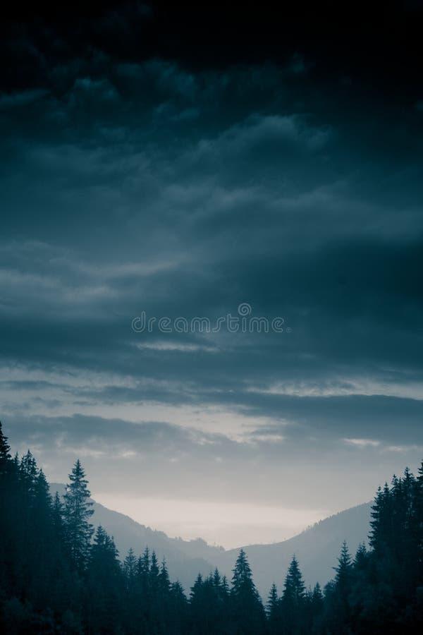 Un beau, abstrait paysage monochrome de montagne dans la tonalité bleue image stock