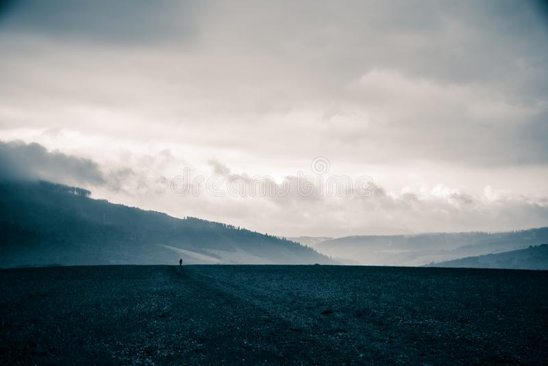 Un beau, abstrait paysage monochrome de montagne dans la tonalité bleue images libres de droits