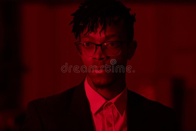 Un beau Africain en feu rouge photographie stock