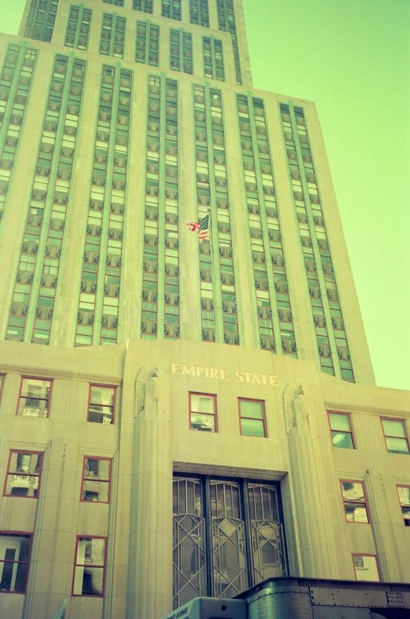 Un beau bâtiment moderne avec une porte classique de fer à Manhattan, New York photos stock