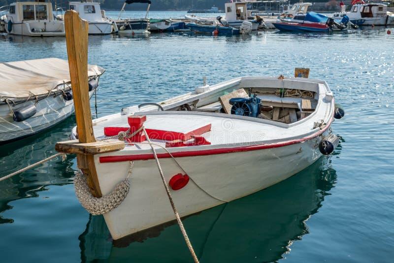 Un beau bateau de pêche blanc et rouge un jour ensoleillé photo libre de droits
