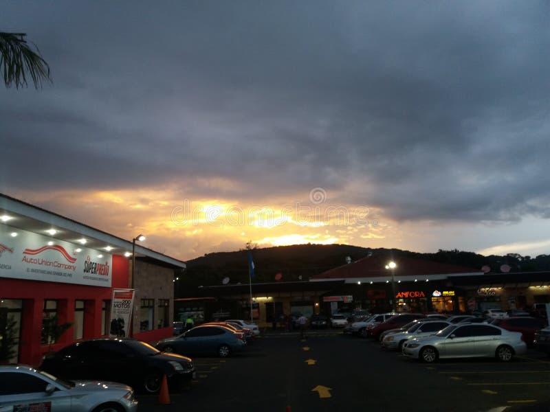 Un beau coucher du soleil au Guatemala photographie stock libre de droits