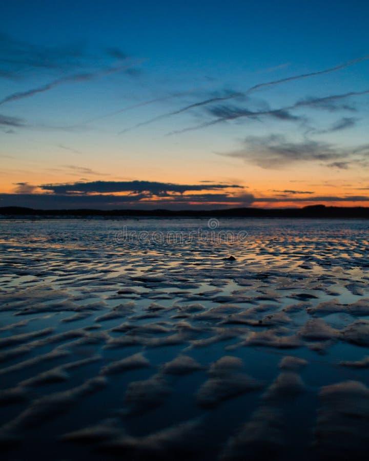 Un beau coucher du soleil par la mer photographie stock libre de droits