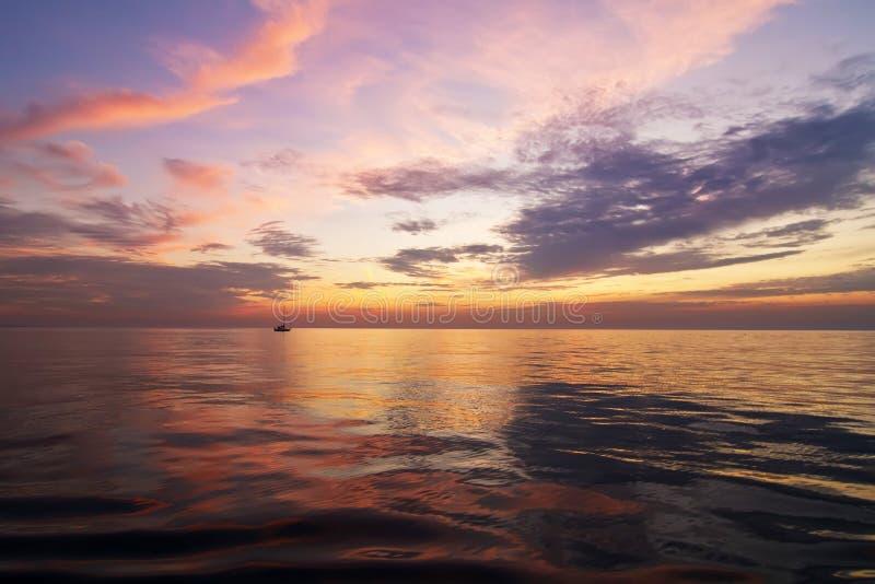 Un beau coucher du soleil sur le lac Michigan photos libres de droits