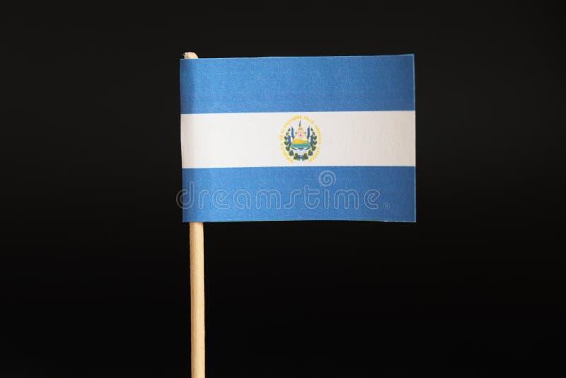 Un beau drapeau original du Guatemala sur le bâton en bois sur le fond noir Le Guatemala est une terre située entre Pacifique et  photo libre de droits