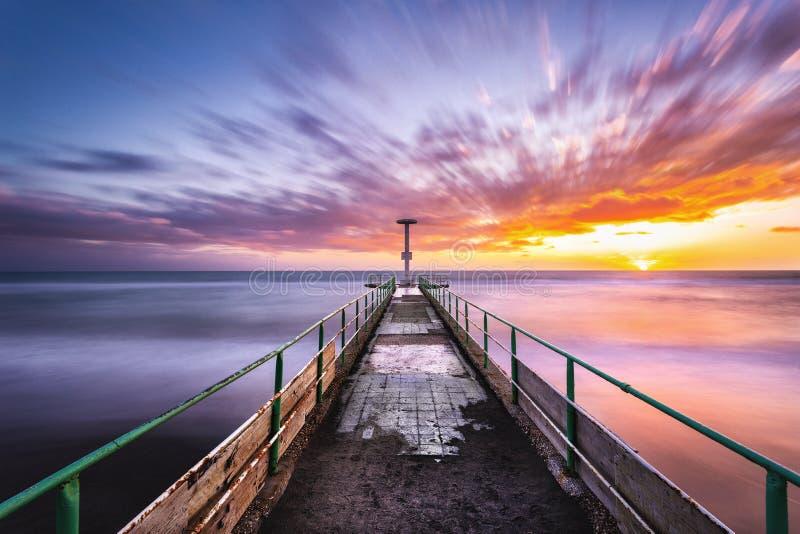Un beau et color? coucher du soleil image stock