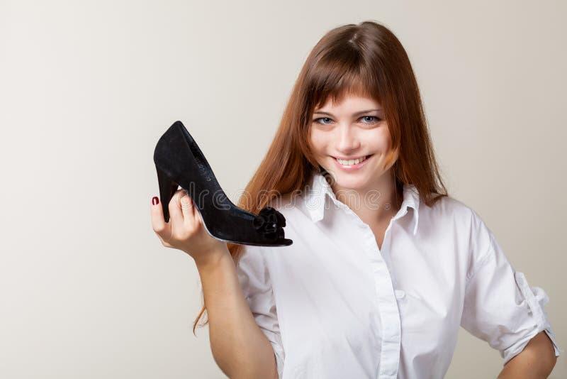 Un beau femme avec une chaussure photos stock
