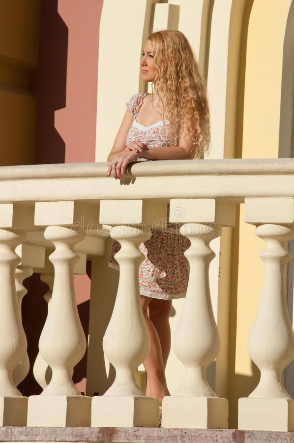 Un beau jeune femme sexy blond. photographie stock