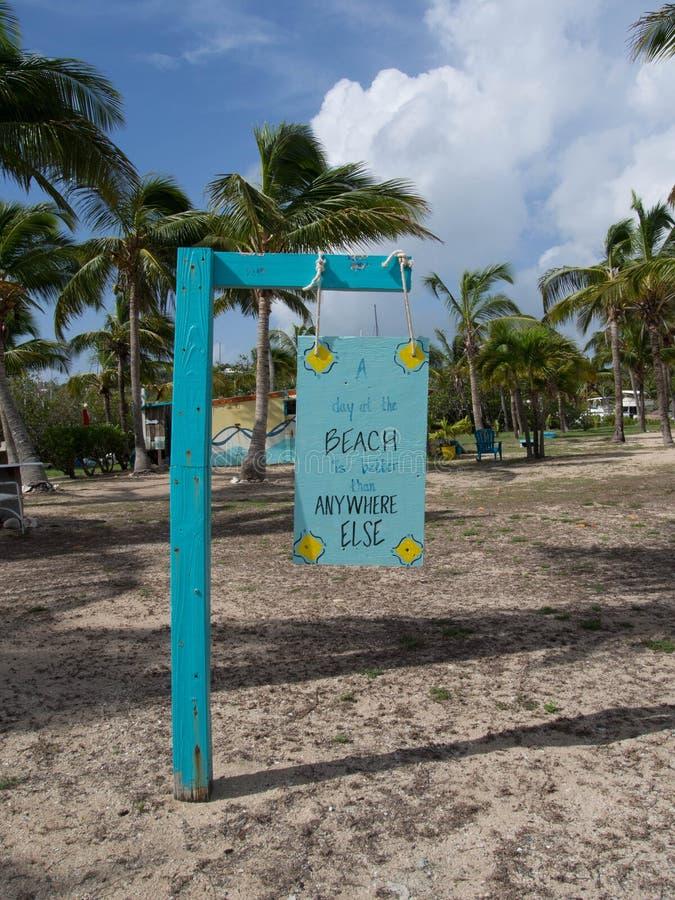 Un beau jour au signe de plage photographie stock libre de droits