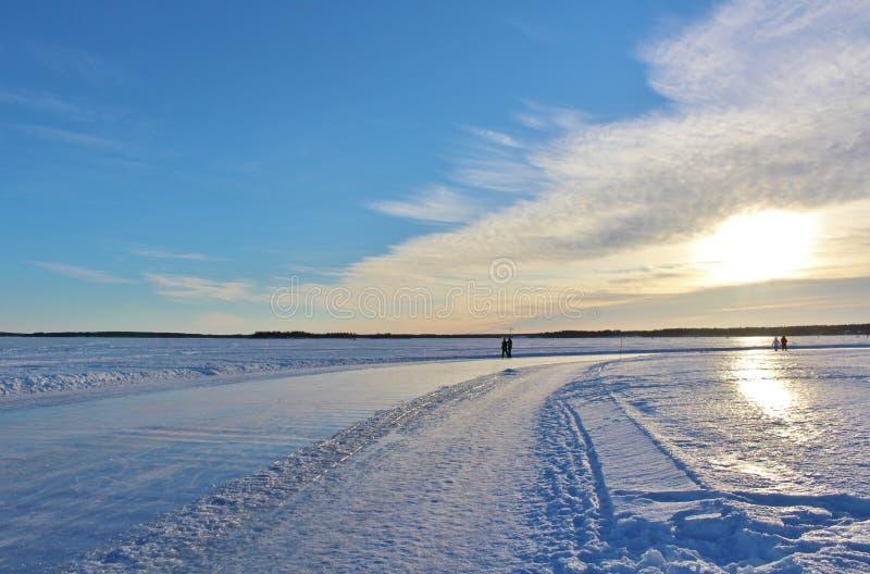 Un beau jour d'hiver sur la rivière de Lule image libre de droits