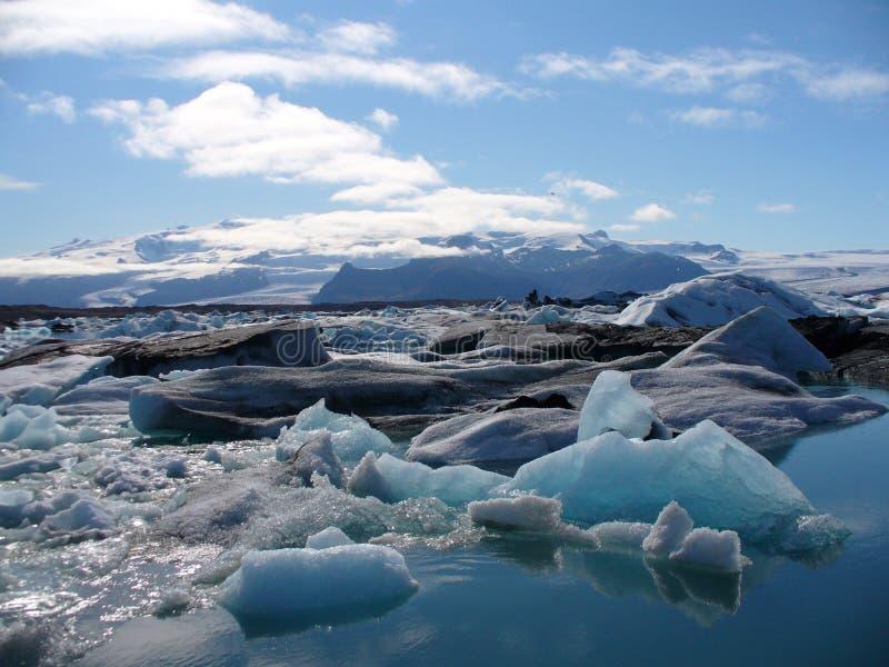 Un beau lac glaciaire en Islande images stock