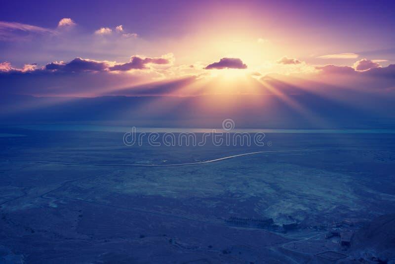 Un beau lever de soleil au-dessus de la mer morte images stock