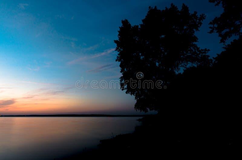 Un beau lever de soleil sur un lac avec un beau matin augmentant de brume Paysage d'automne dans des couleurs lumineuses images stock