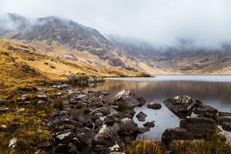 Un beau paysage irlandais de montagne avec un lac au printemps photographie stock libre de droits