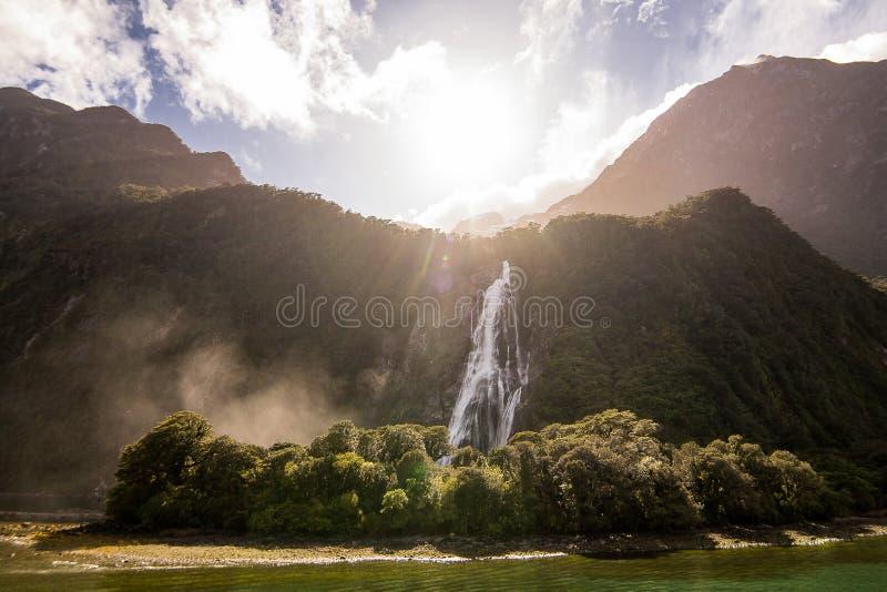 Un beau paysage naturel des montagnes vertes avec la cascade photographie stock