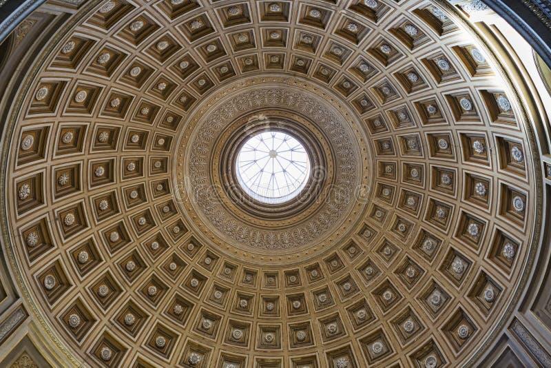Un beau plafond décoré de dôme dans des musées de Vatican photographie stock