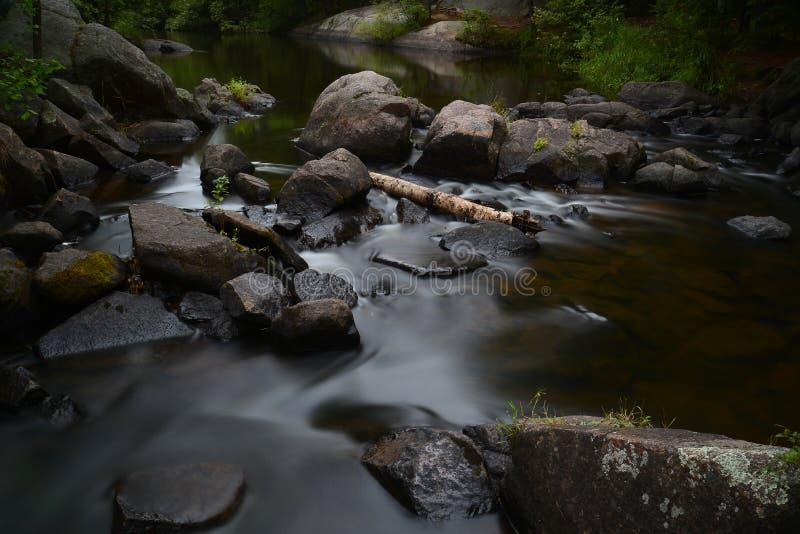 Un beau rivage rocheux de rivière images stock
