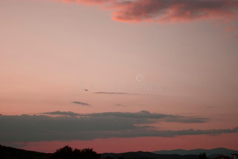 un beau rose et un coucher du soleil rouge foncé image stock