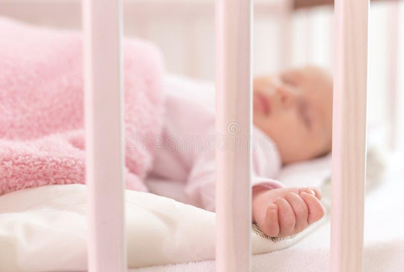 Un beau sommeil nouveau-né photo libre de droits