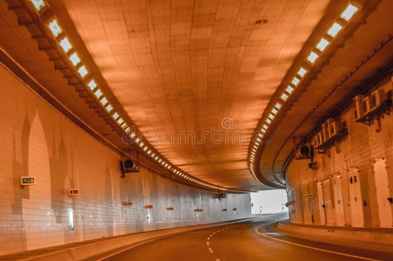 Un beau tunnel en Abu Dhabi sans des véhicules photos libres de droits