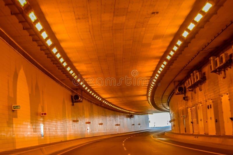 Un beau tunnel en Abu Dhabi sans des véhicules image libre de droits