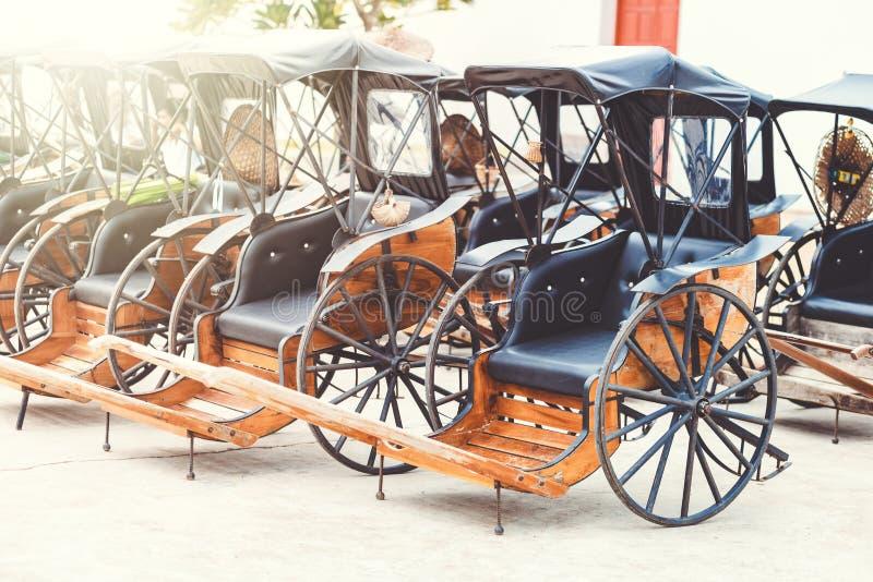 Un beau vieux chariot en parc photos libres de droits