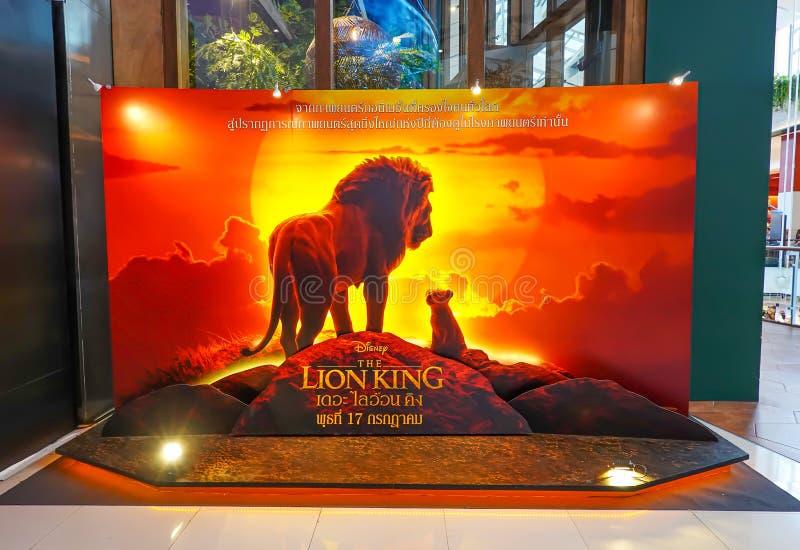 Un beau voyageur debout d'un film a appelé l'affichage de Lion King au cinéma pour favoriser le film images stock