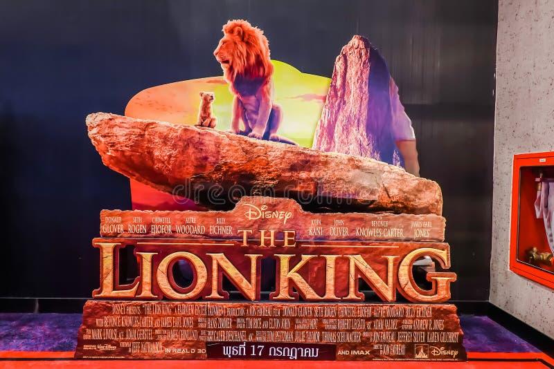 Un beau voyageur debout d'un film a appelé l'affichage de Lion King au cinéma pour favoriser le film photographie stock