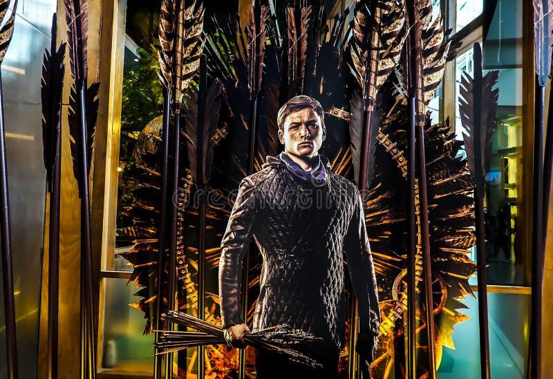 Un beau voyageur debout d'un film a appelé l'apparence d'affichage de Robin Hood 2018 au cinéma image stock