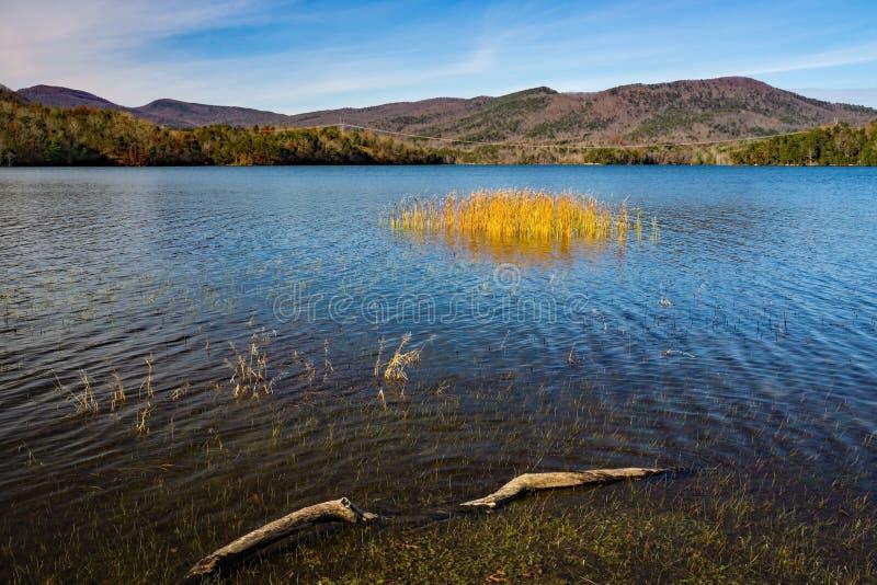 Un Beautful último Autumn View del depósito de la ensenada de Carvins, Roanoke, Virginia, los E.E.U.U. fotografía de archivo libre de regalías