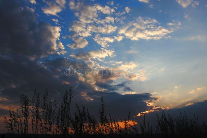 Un beaux ciel bleu et soleil photos libres de droits