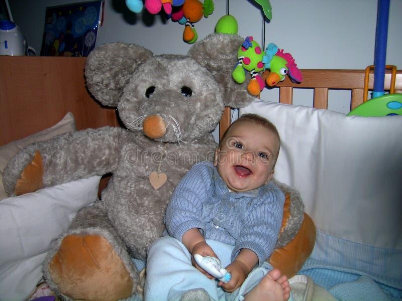 Un bebé con los ojos grandes imagen de archivo libre de regalías