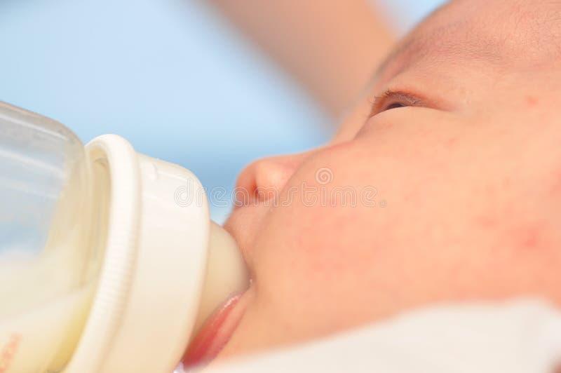 Un bebé criado con biberón imagenes de archivo