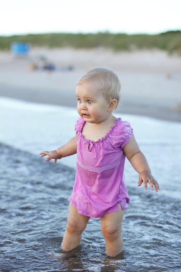 Un bebé en agua imagen de archivo