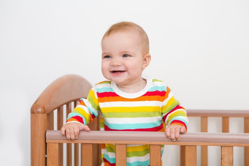 Un bebé está sonriendo fotografía de archivo libre de regalías